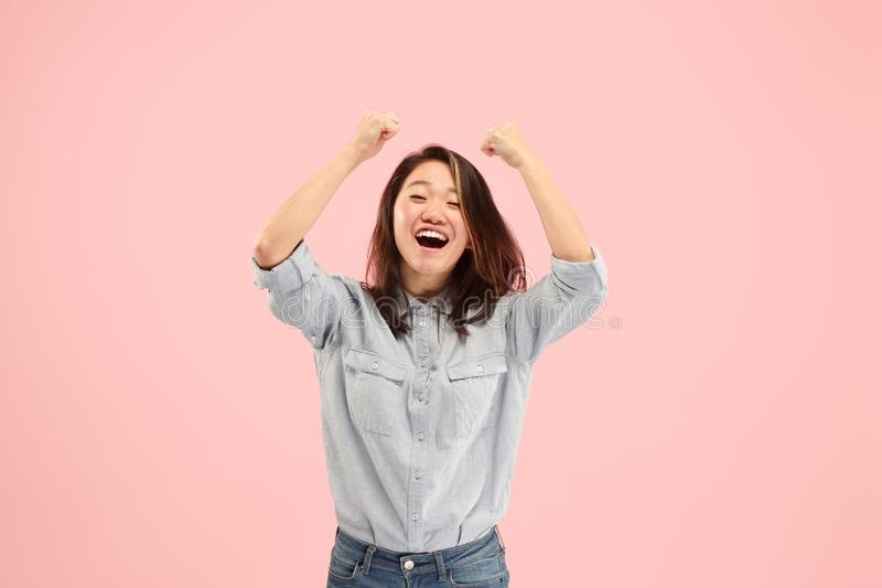 Comemoração ectática feliz de vencimento da mulher do sucesso sendo um vencedor Imagem energética dinâmica do modelo fêmea foto de stock