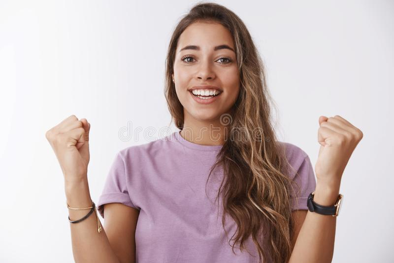 A comemoração feliz da cintura-acima aliviou o treinamento bem sucedido de recepção fêmea bonito da realização da realização fotografia de stock