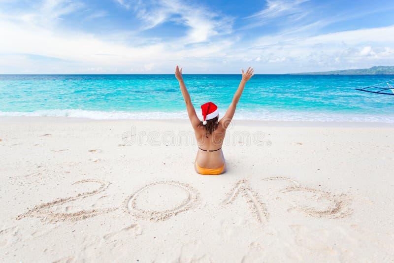 Comemorando 2013 anos novos na praia tropical imagens de stock royalty free