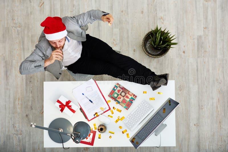 Comemorando o ano novo no trabalho fotos de stock