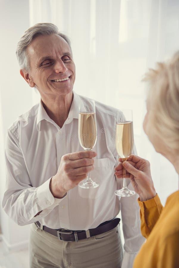 Comemorando os pensionista que guardam o vinho espumante fotografia de stock