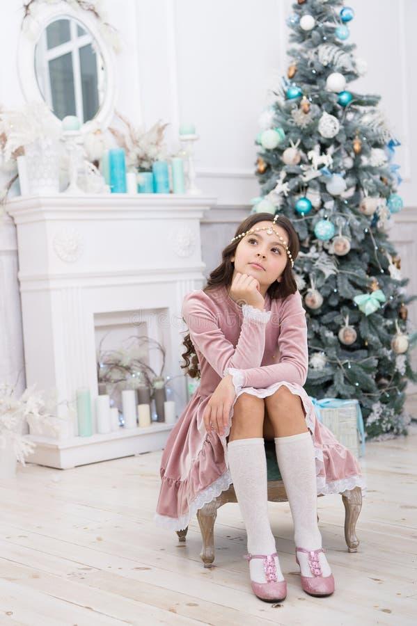 Comemore a noite de férias ao estilo Uma criança vestida para festa de férias Menina com aspecto festivo imagem de stock royalty free