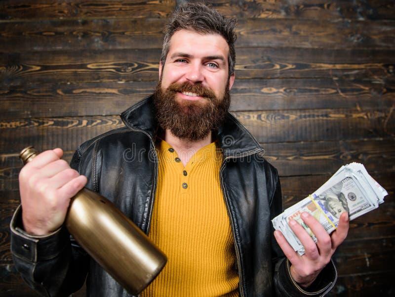 Comemore o lucro Álcool farpado brutal da bebida do dinheiro do dinheiro da posse do casaco de cabedal do desgaste do moderno do  imagem de stock royalty free