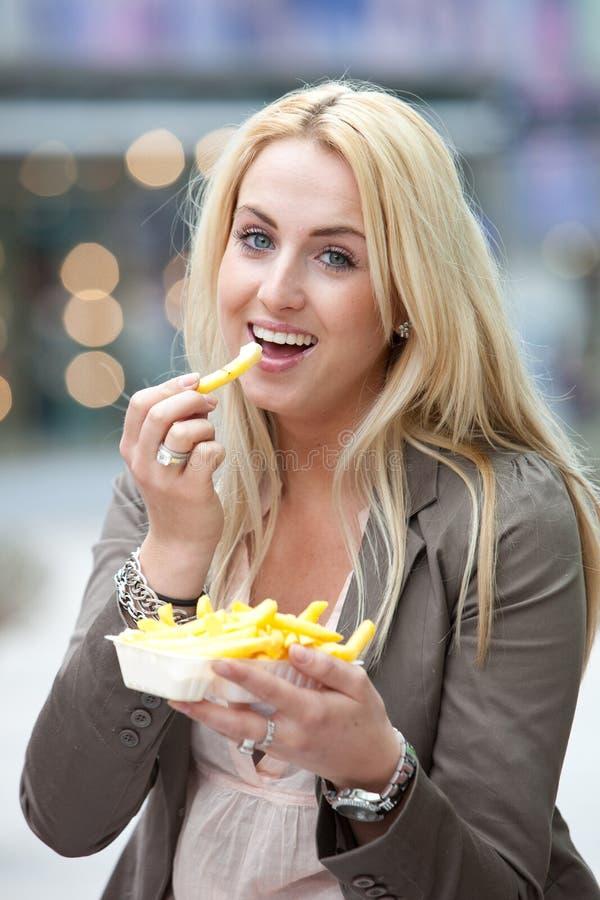 Comendo alimentos sem valor nutritivo fotos de stock royalty free