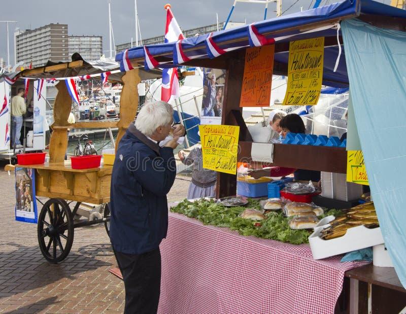 Comendo arenques crus fotografia de stock