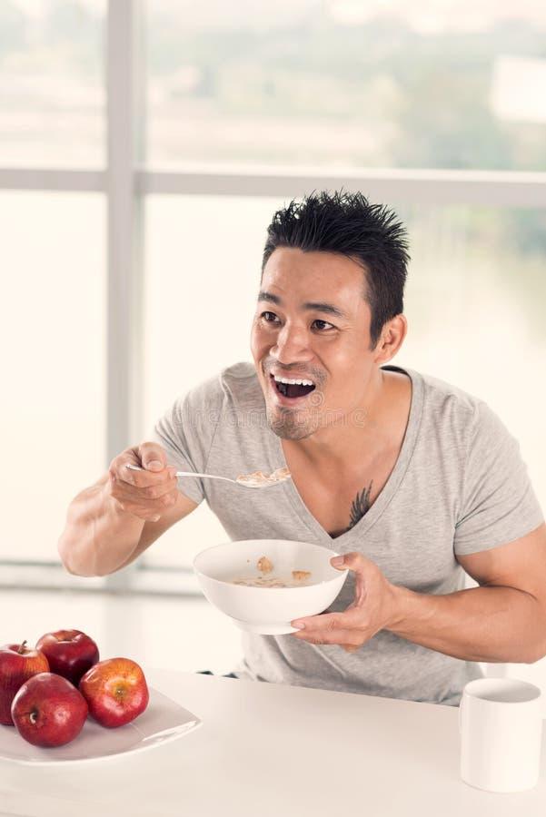 Comendo a bacia de cereais fotografia de stock
