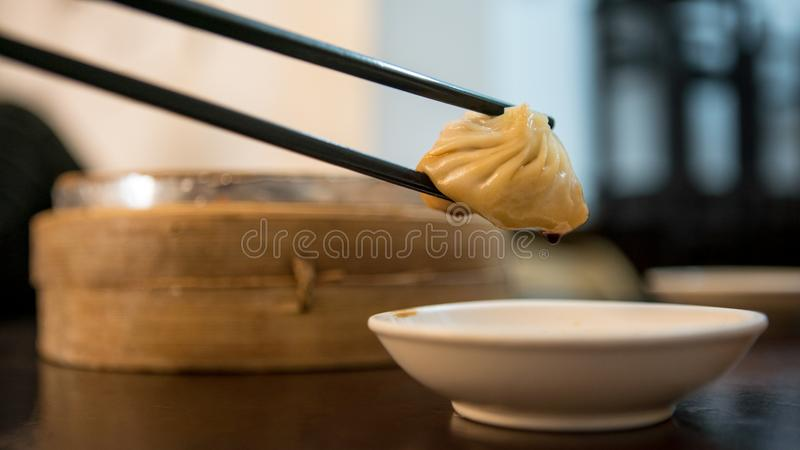 Comendo bolinhas de massa em um restaurante asiático Alimento do chin?s tradicional fotografia de stock