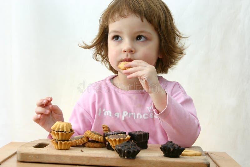 Comendo bolos de chocolate fotos de stock