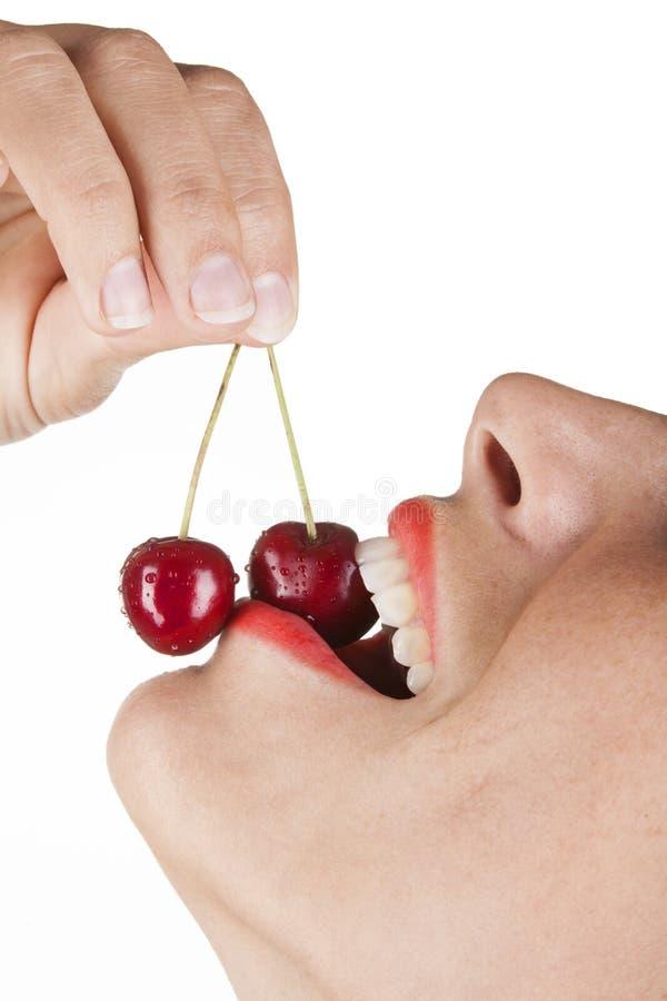Comendo a cereja vermelha foto de stock royalty free