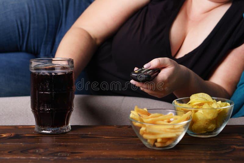 Comendo demais, estilo de vida sedentariamente, apego de álcool imagem de stock