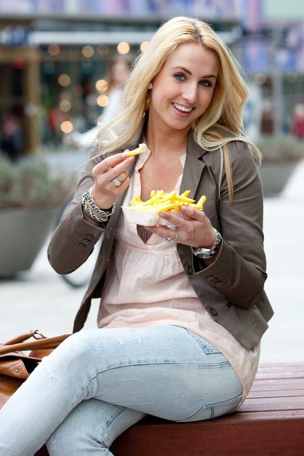 Comendo fritadas fotos de stock