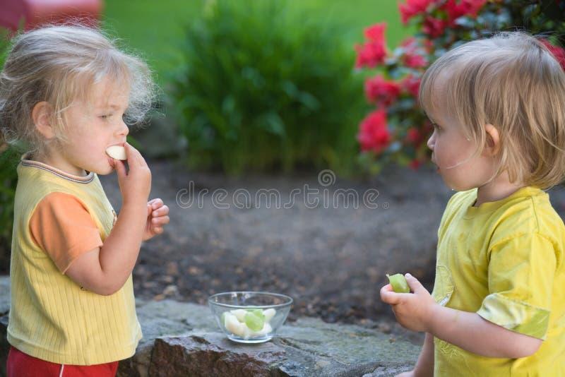Comendo frutas foto de stock royalty free