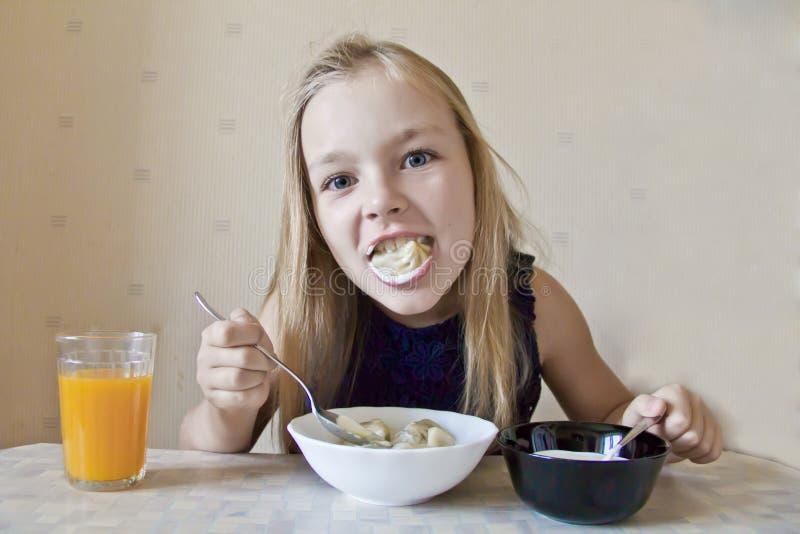 Comendo a menina bonito imagem de stock