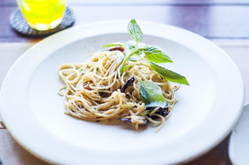 Comendo o alimento saudável: anchova picante deliciosa dos espaguetes imagens de stock
