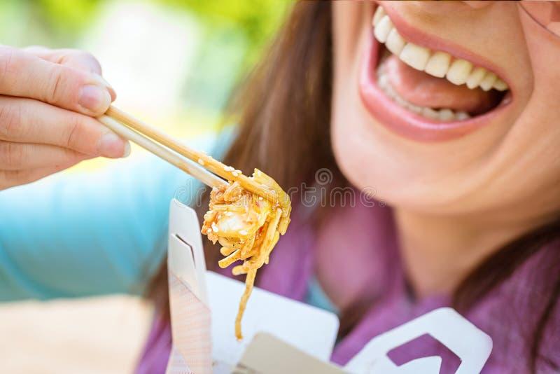Comendo o alimento tailandês fotos de stock