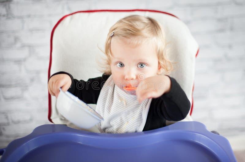 Comendo o bebê fotografia de stock