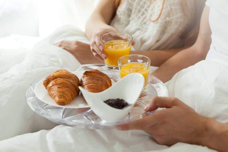 Comendo o café da manhã na cama imagens de stock