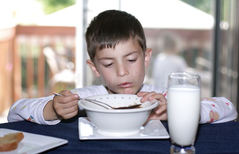Comendo o cereal imagens de stock royalty free