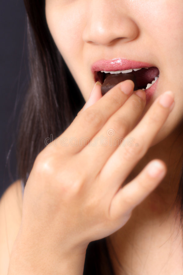 Comendo o chocolate fotografia de stock