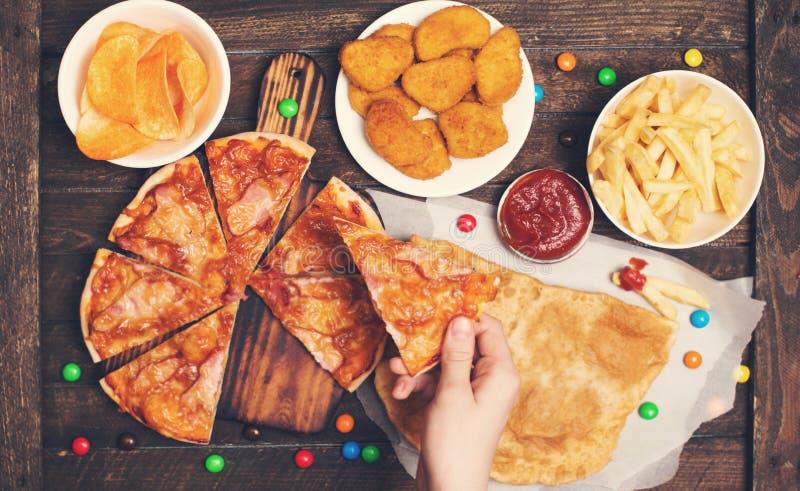 Comendo o fast food Conceito do fast food ou da comida lixo Focu seletivo imagens de stock