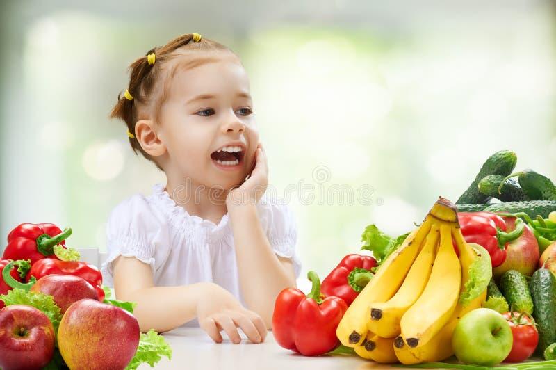 Comendo o fruto fresco fotografia de stock
