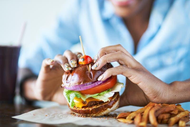 Comendo o hamburguer do vegetariano foto de stock