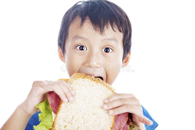 Comendo o sanduíche grande imagem de stock