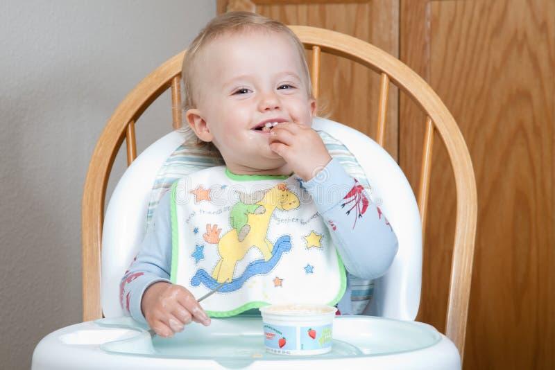 Comendo o yogurt imagens de stock royalty free