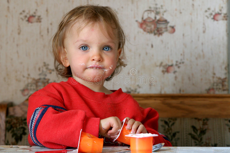Comendo o yogurt fotografia de stock