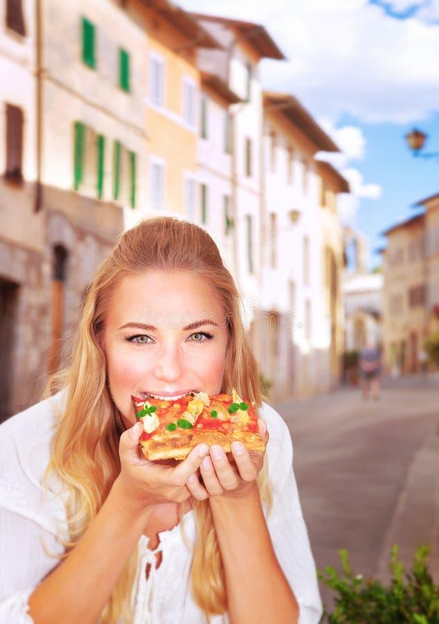 Comendo a pizza italiana imagens de stock