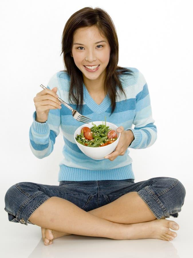 Comendo a salada foto de stock
