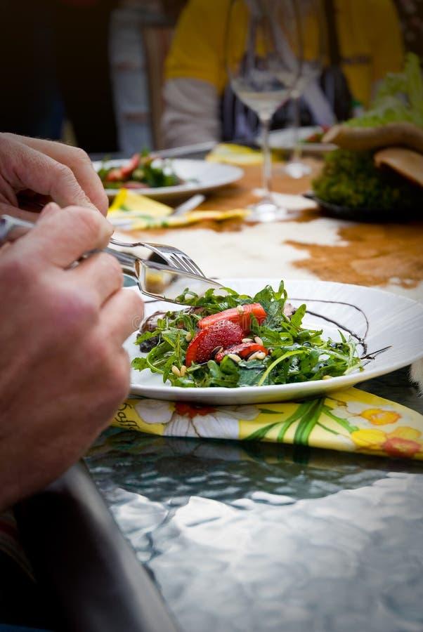 Comendo a salada fotografia de stock royalty free