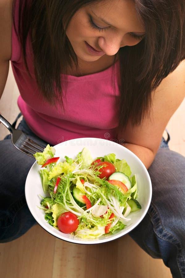 Comendo a salada imagem de stock