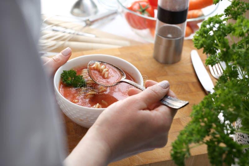 Comendo a sopa Jantar home Sopa tradicional do tomate com macarronetes imagens de stock royalty free