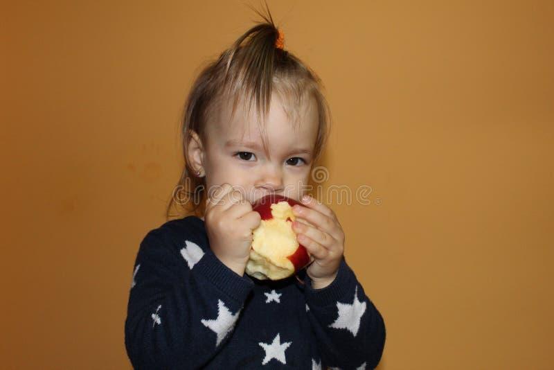 Comendo um Apple imagem de stock