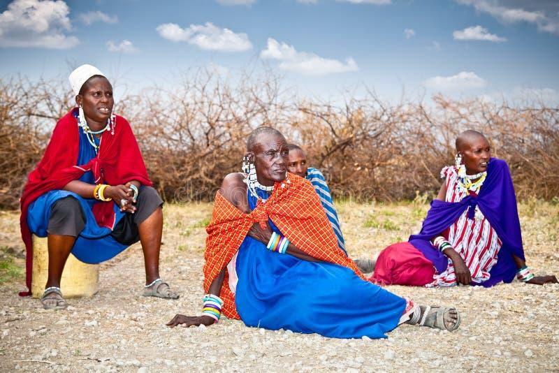 Comentario de la vida de cada día de la gente local del Masai, Tanzania fotos de archivo