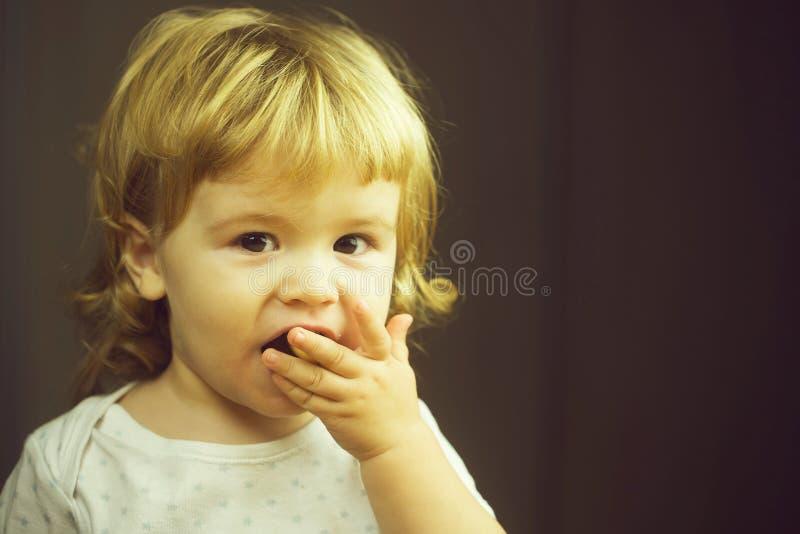 Comer bonito do rapaz pequeno foto de stock royalty free