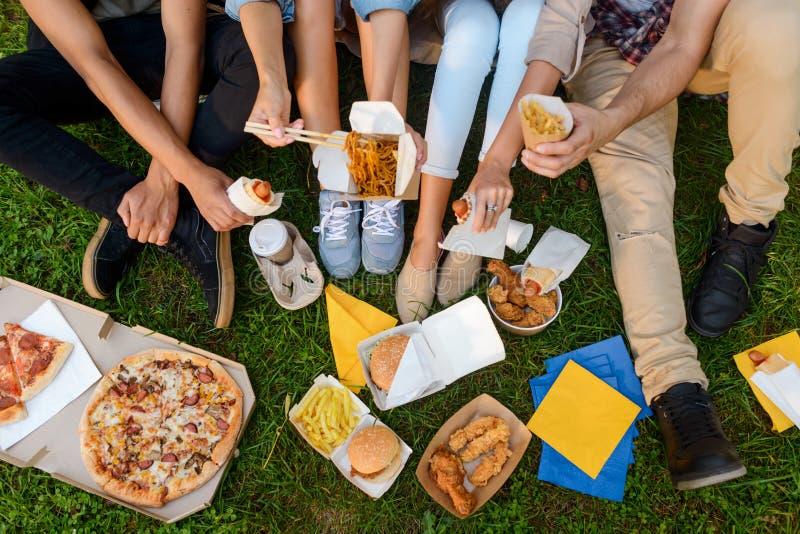 Comer da comida lixo e do mau imagem de stock