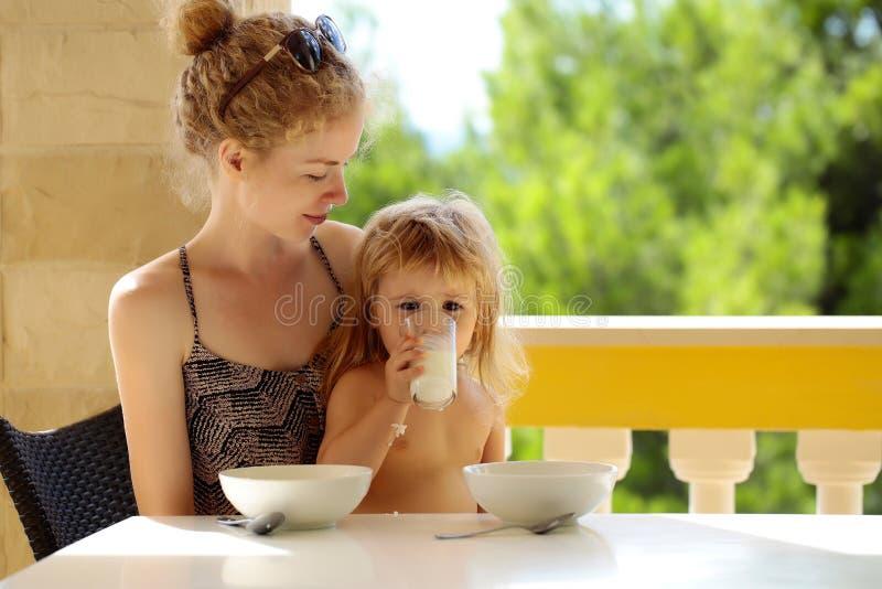 Comer da mãe e do bebê foto de stock royalty free