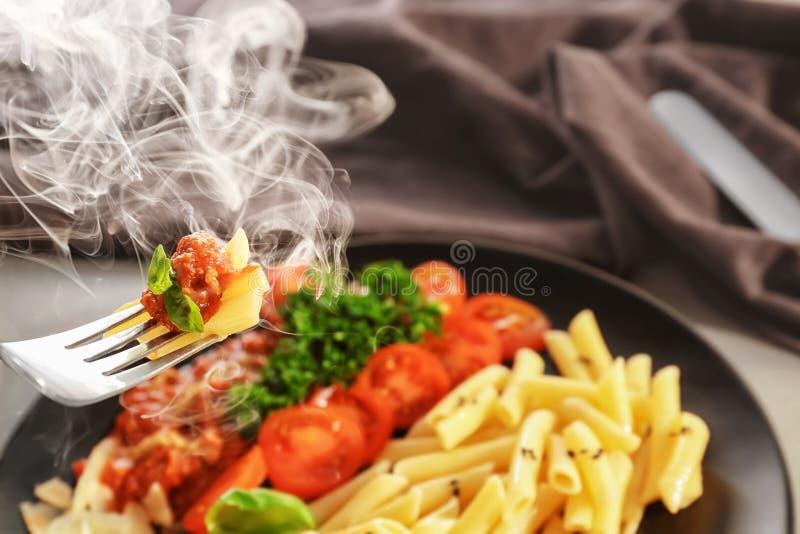 Comer da massa saboroso com molho bolonhês, close up foto de stock royalty free