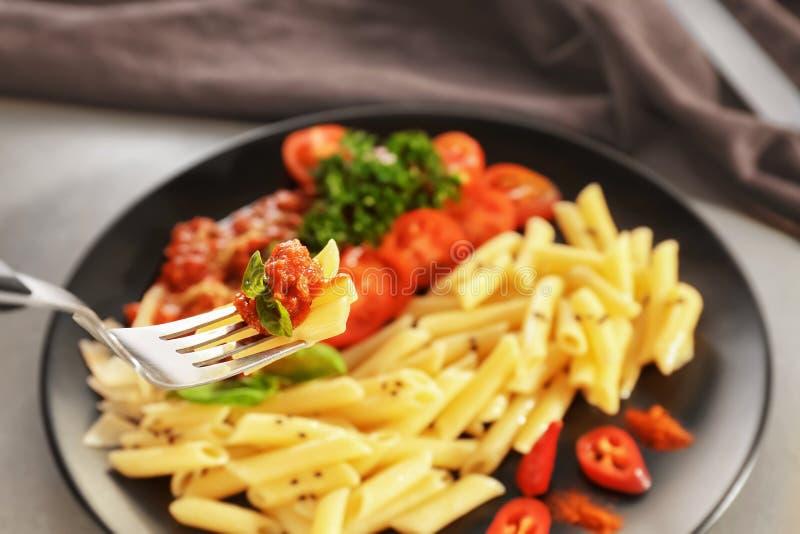 Comer da massa saboroso com molho bolonh?s, close up fotos de stock