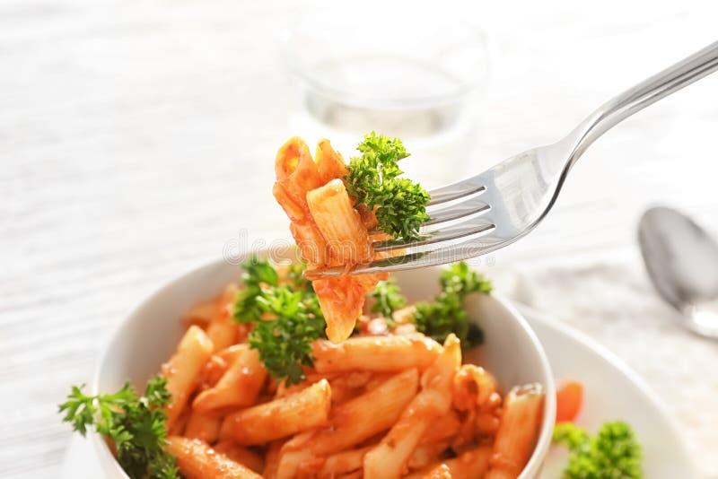 Comer da massa saboroso com molho de tomate, close up foto de stock
