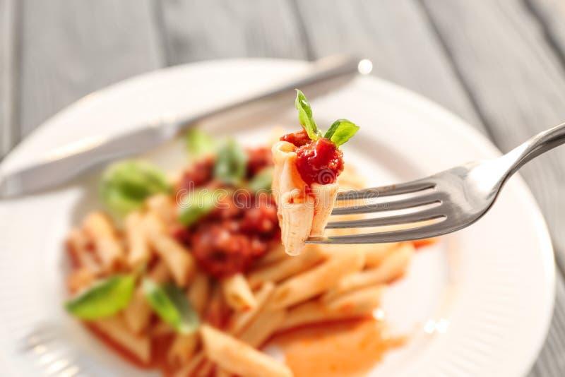 Comer da massa saboroso com molho de tomate, close up fotos de stock royalty free