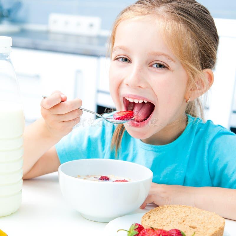Comer da menina fotografia de stock