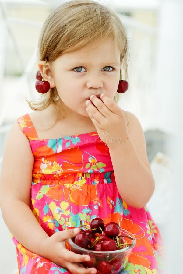 Comer da menina alegre fotografia de stock