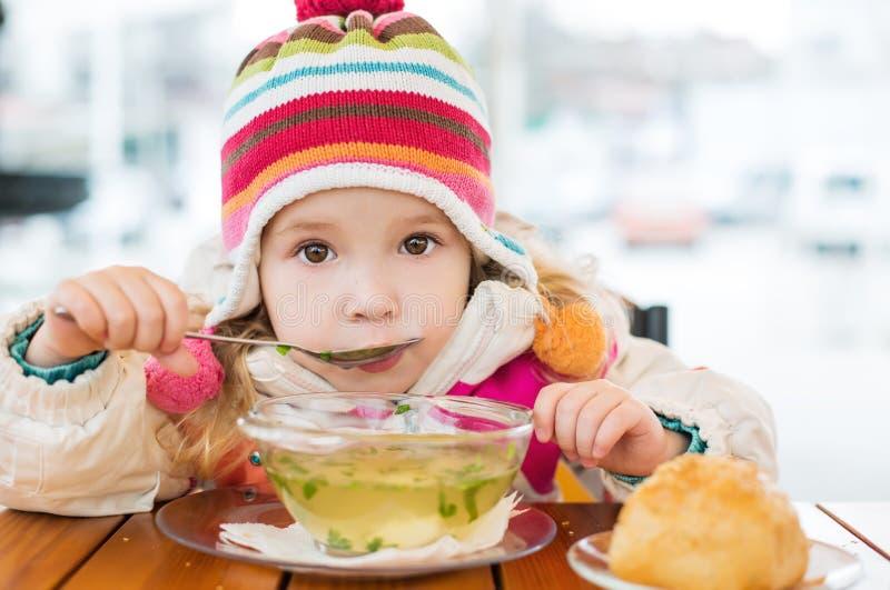 Comer da menina da criança foto de stock royalty free