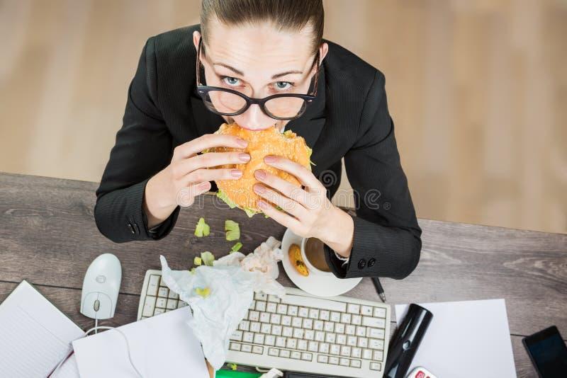 Comer da mulher de negócios foto de stock royalty free