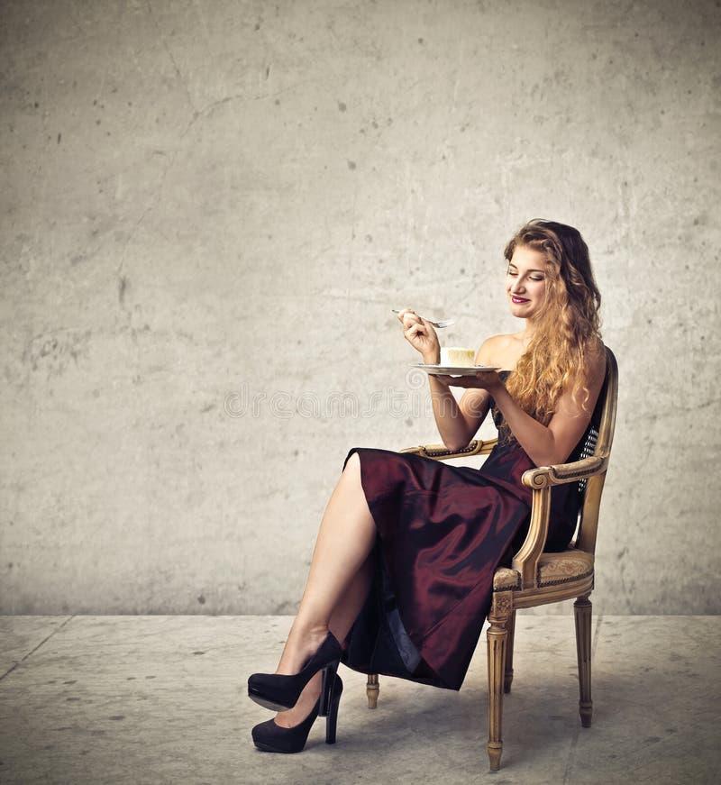 Comer da mulher elegante imagens de stock royalty free