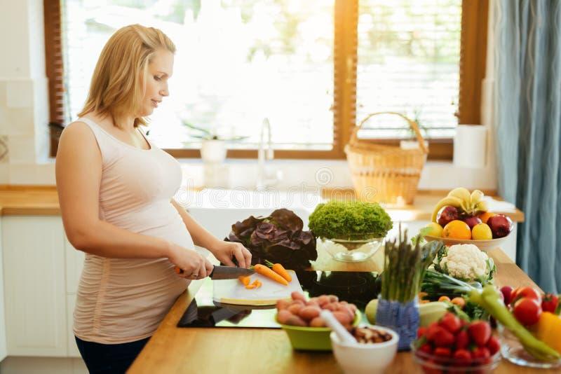 Comer da mulher gravida saudável imagem de stock