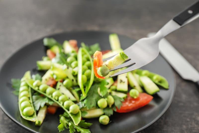 Comer da salada do legume fresco com as ervilhas verdes frescas, close up imagens de stock